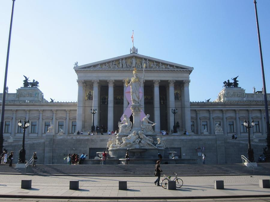 Parlament mit Pink Ribbon
