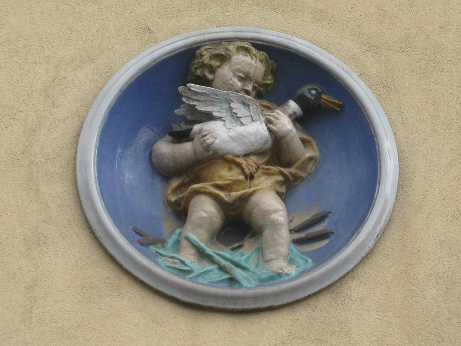 Majolikarelief 'Putto in Medaille' von Michael Powolny 1950