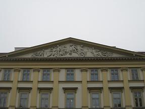Dachgiebel mit Relief 'Allegorie des Handels und der Industrie'