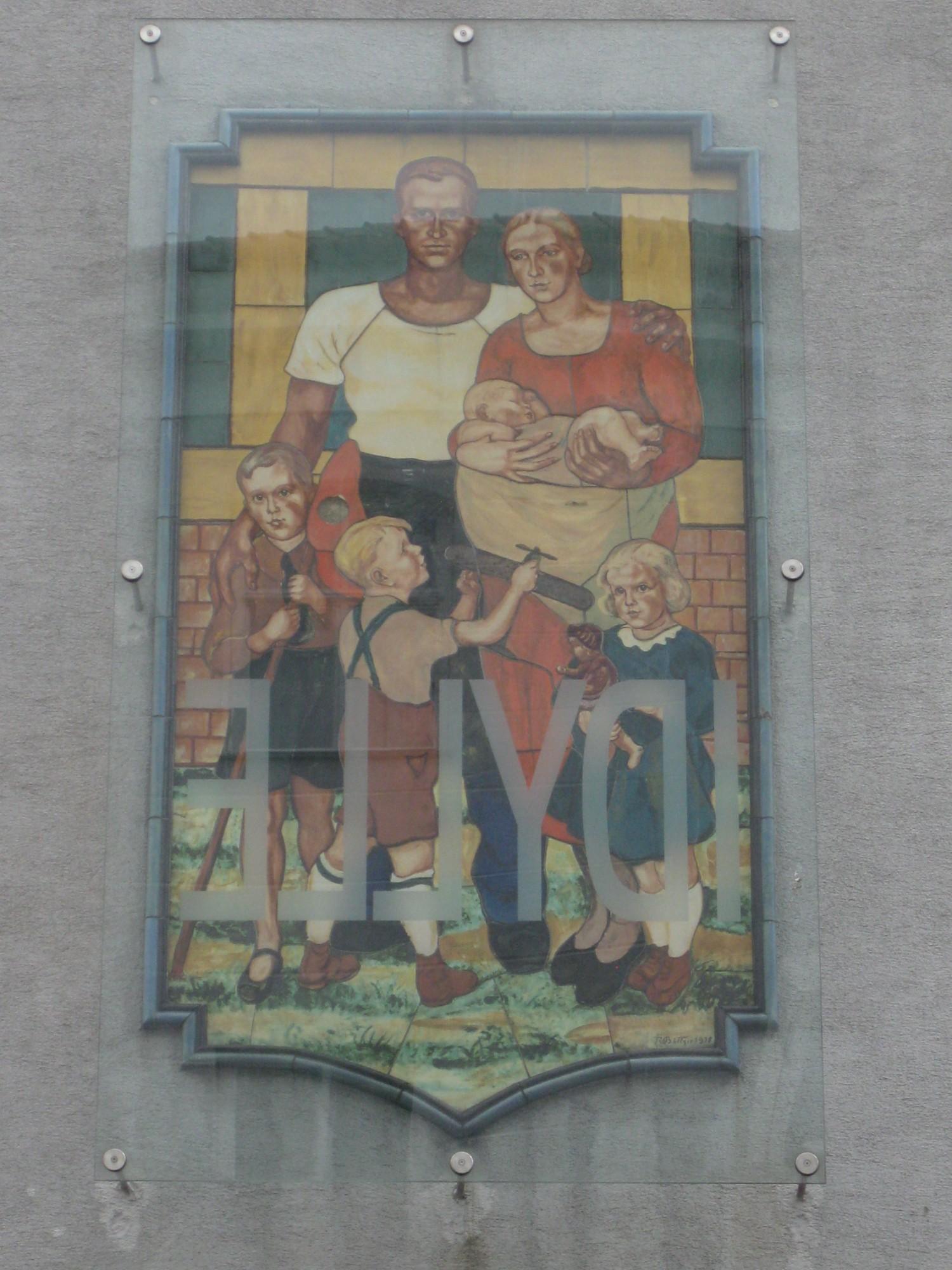 Wandbild 39 familie 39 1939 mit intervention 39 idylle 39 von ulrike lienbacher 2002 5 bezirk - Wandbild familie ...