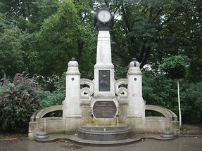 Arthaberbrunnen mit Uhr, Portrait und Rudolf von Arthaber-Widmungs- und