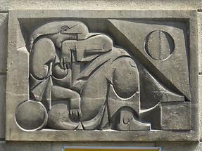 Natursteinrelief 'Ruhende' von Franz Luby 1956