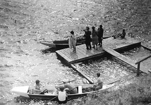 Leute auf einem Badesteg an der Alten Donau in Wien
