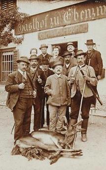 Gruppe von Jägern mit erlegter Hirschkuh