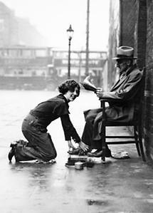 Irene Day beim Schuheputzen auf der Straße