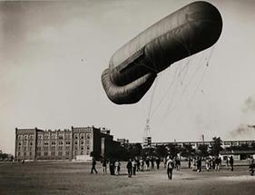 Fesselballon vor dem Wiener Arsenal