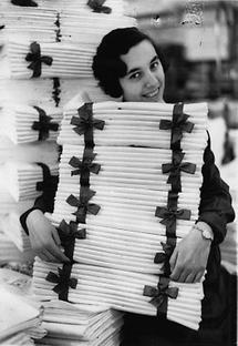 Junge Frau mit zusammengeschnürten weissen Tüchern