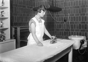 Frau beim Bügeln