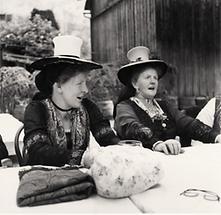 Jodelnde Frauen mit Schwammerlhut