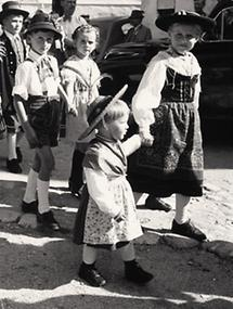 Kinder bei einem Hochzeitsfestzug