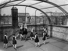 Mädchen beim Basketballspielen