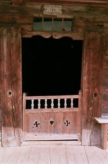 Tür eines Bauernhauses in Alpbach, Tirol