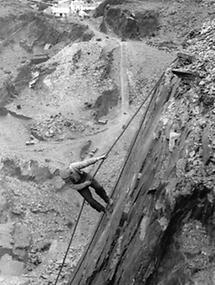 Arbeiter in einem Schiefer-Steinbruch