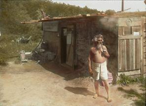 Florian Berndl vor seiner Hütte am Bisamberg