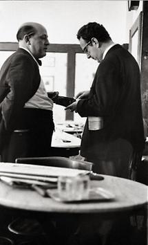Gerhard Bronner und Kellner Josef im Cafe Hawelka