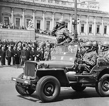 Bundesheerparade für Adolf Schärf vor dem Parlament