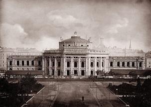 Blick vom Rathausturm auf das  Burgtheater