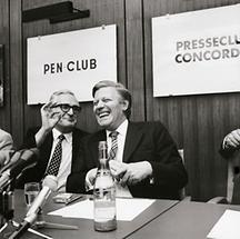 Helmut Schmidt während einer Pressekonferenz