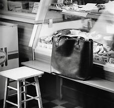 Handtasche an der Theke