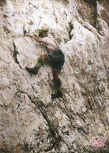 Dachstein: Kletterpartie in kalkrissigem Fels