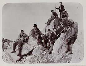 Gipfelrast von elf Bergsteigern