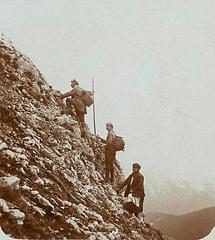 Drei Bergsteiger bei der Adamek-Hütte
