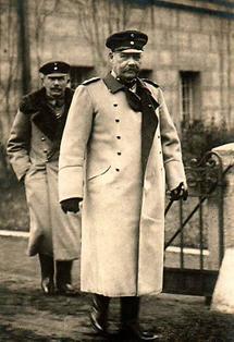 Generalfeldmarschall Paul von Hindenburg mit seinem Adjuntanten