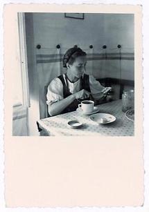 Eine junge Frau streicht sich eine Buttersemmel