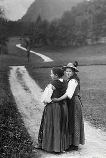 Zwei junge Frauen im Dirndl