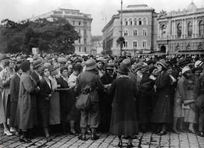 Menschenmassen vor dem Rathaus (1)