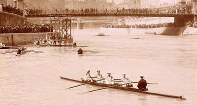 Ausfahrt der Ruderboote auf dem  Wiener Donaukanal