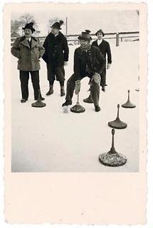 Gruppe von Männern beim Eisstockschießen