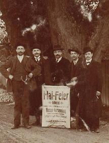 Gruppenportrait von Männern mit einem Plakat