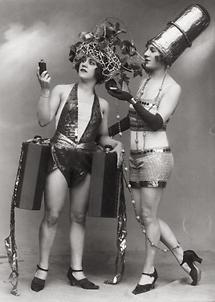 Zwei Revuetänzerinnen als Parfümflakon und Lippenstift