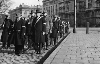 Bewaffnete Zivilisten patroullieren durch Wien