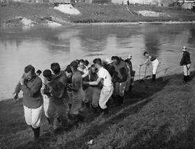 Bergung eines Anhängers aus dem Donaukanal