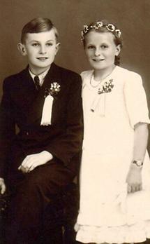 Zwei Kinder im Firmgewand