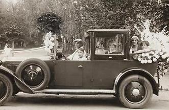 Zur Firmung geschmückte offene Limousine