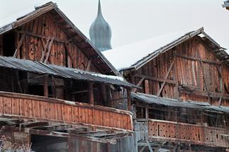 Bauernhäuser in einem rätoromanischen Dorf in Tirol