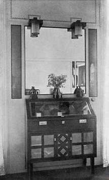 Vitrinenkommode im Empfangsraum des Salons Schwestern Flöge