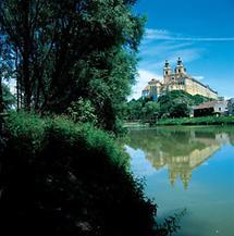 Stift Melk auf einer Anhöhe über der Donau