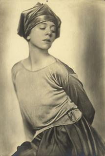 Tänzerin Lucy Kieselhausen in einem Kostüm