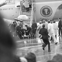 Gerald Ford stürzt beim Verlassen des Flugzeuges