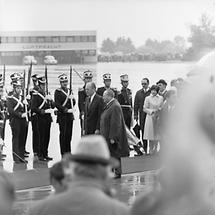 Ford und Kreisky beim Abschreiten der Ehrenkompanie