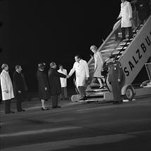 Richard Nixon auf dem Flughafen in Salzburg