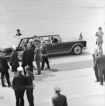 Queen Elisabeth II am Flughafen