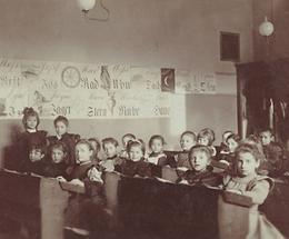 Klassenzimmer einer Mädchenvolksschule