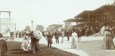 Zuschauer auf der Pferderennbahn Freudenau