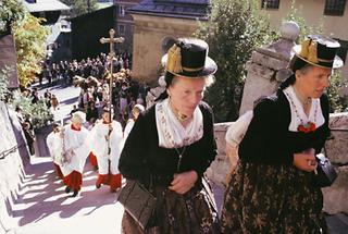 Tiroler Bäuerinnen in Kassettltracht