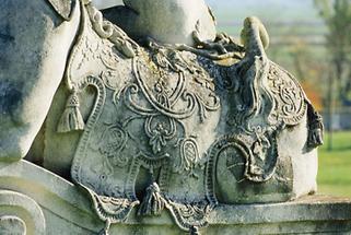 Detail einer Sphinx in einem niederösterreichischen Schloßpark